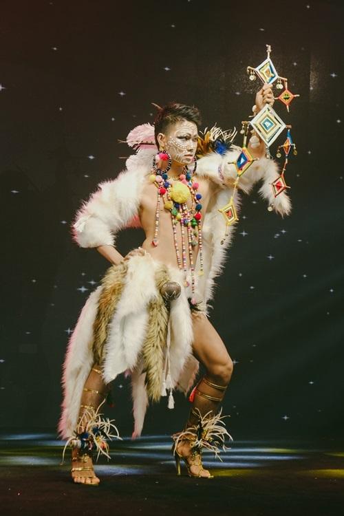 Make-up artirst Lê Minh Thịnh mang đến chương trình không khí từ sa mạc Sahara. Lối trang điểm tạo hightlight mạnh và họa tiết trên khuôn mặt giúp tạo điểm nhấn ngoại hình.