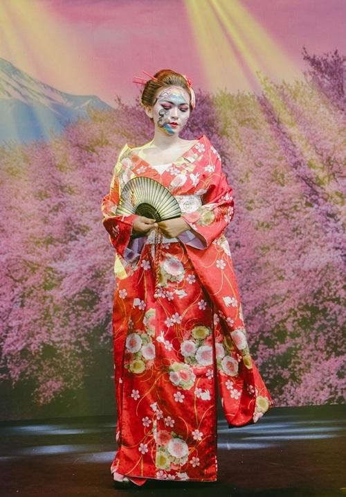 Make-up artirst Bích Huyền Lê diện kimono truyền thống Nhật Bản.