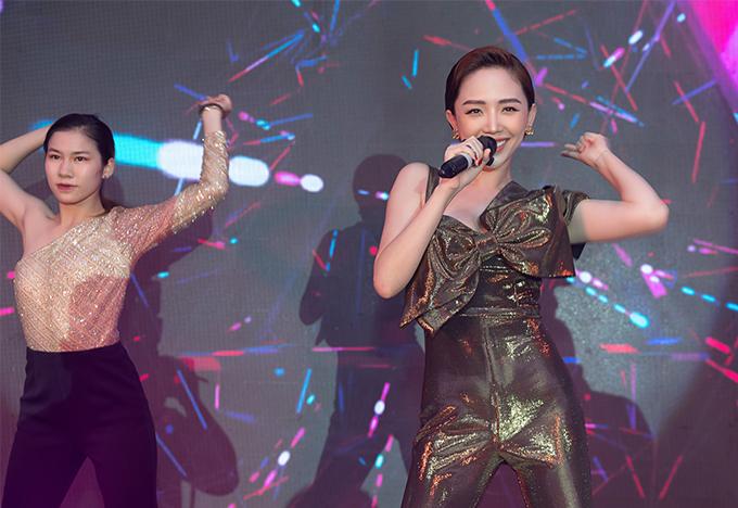 Tóc Tiên biểu diễn nhiều ca khúc đôi động trong bữa tiệc.