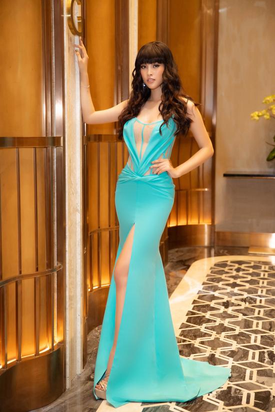 Hoa hậu Tiểu Vy gây ấn tượng khi xuất hiện với tạo hình và cách làm tóc mới mẻ. Cô chọn váy xẻ cao kết hợp lụa và vải xuyên thấu của nhà thiết kế Đỗ Long để tôn vẻ đẹp hình thể.