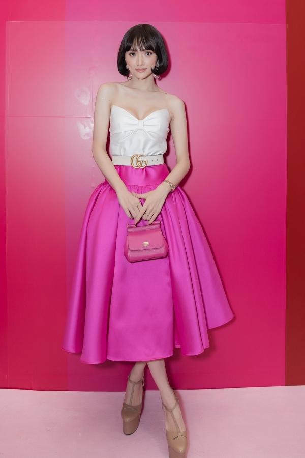 Ca sĩ Hương Giang vừa trở về sau chuyến công tác ở châu Âu. Cô phối áo cúp ngực và chân váy màu hồng, kết hợp mái tóc ngắn đem đến vẻ ngoài cổ điển, ngọt ngào.
