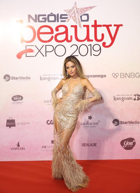 Siêu mẫu Như Vân khoe hình thể sexy với váy xuyên thấu đính kèm lông vũ mềm mại của nhà thiết kế Kim Khanh.