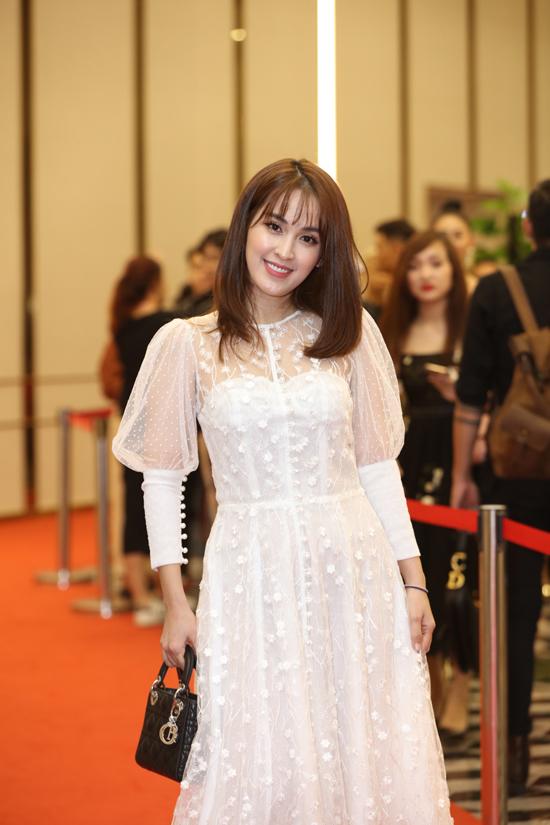 Tú Vi được khen xinh xắn và trẻ trung hơn tuổi khi chọn váy ren trang trí tay bồng điệu đà.