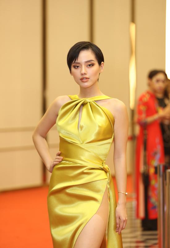 Khanh Linh cũng gợi cảm không thu kém dàn mỹ nhân khi chọn váy lụa xẻ cao để chưng diện.