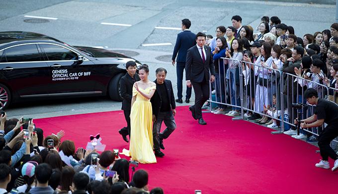 Phương Oanh cùng đoàn phim Quỳnh búp bê được ban tổ chức sắp xếp xe riêng di chuyển đến thảm đỏ LHP quốc tế Busan 2019.
