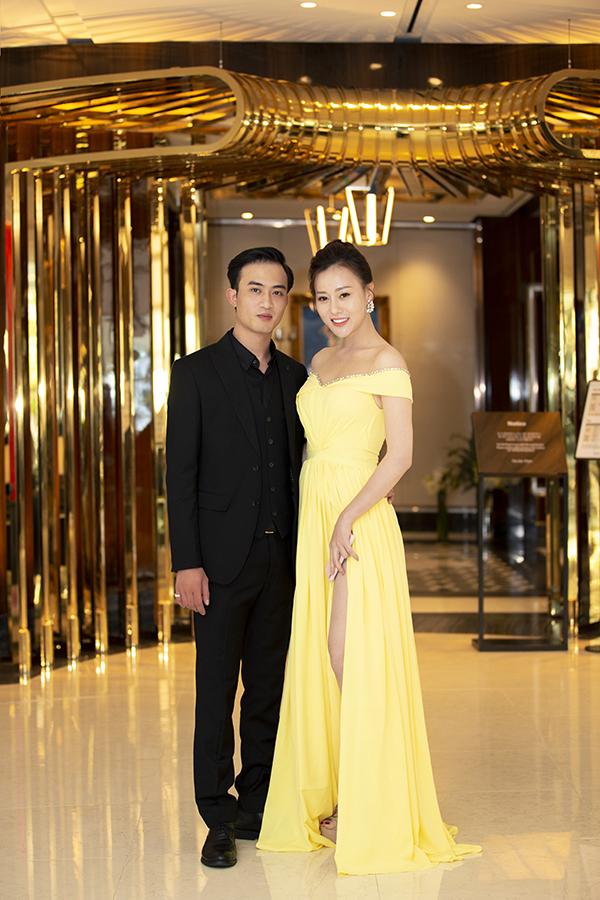 Người đẹp mặc đầm được nhà thiết kế Hà Thanh Huy thực hiện riêng, tình tứ bên Doãn Quốc Đam.