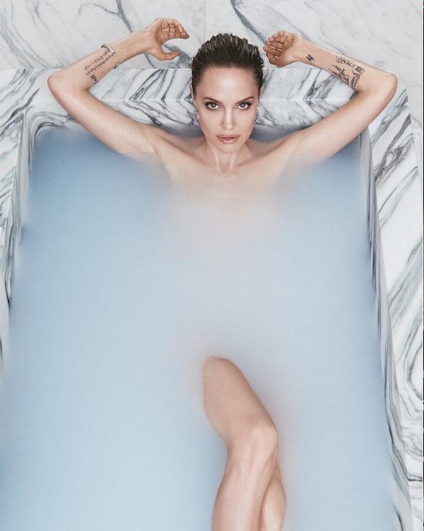 Bà mẹ 6 con khỏa thân trong bồn tắm đá cẩm thạch. Sau rất nhiều năm, ngôi sao Wanted mới chụp ảnh nude.