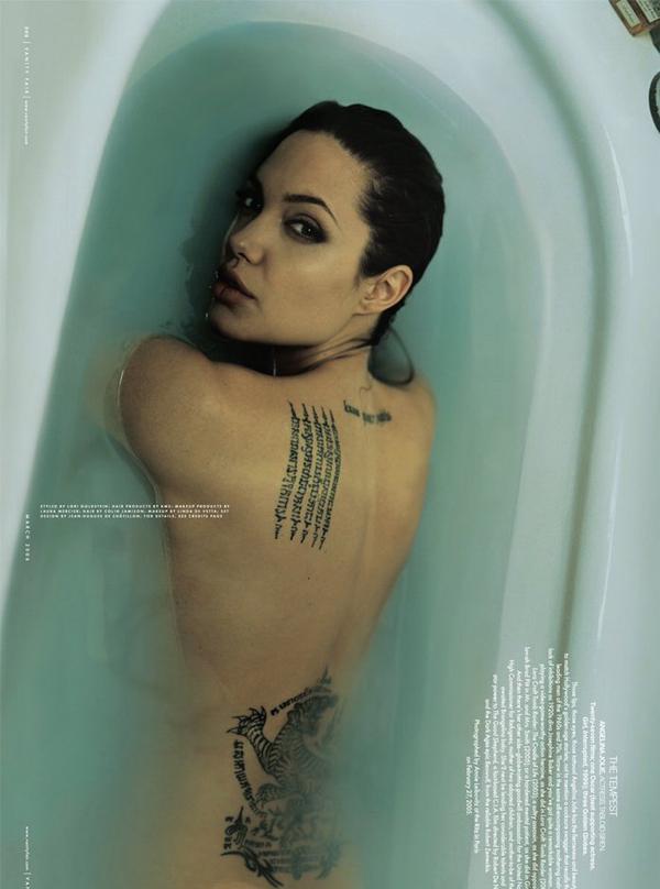 Lần cuối cô thoát y trước ống kính máy ảnh là năm 2006, cũng trong bồn tắm khi chụp hình cho tạp chí. Thời điểm đó, Jolie mới có một người con nuôi là Maddox (ảnh trên) và vừa bắt đầu mối quan hệ với tài tử Brad Pitt.