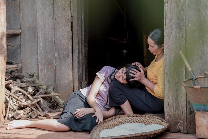 HHen Niê lớn lên ở buôn Sứt Mđưng, xã Cư Suê, huyện Cư Mgar, Đắk Lắk. Sau khi đăng quang hoa hậu, cô phụ giúp bố mẹ sửa chửa ngôi nhà gỗ thêm phần rộng rãi, chắc chắn.