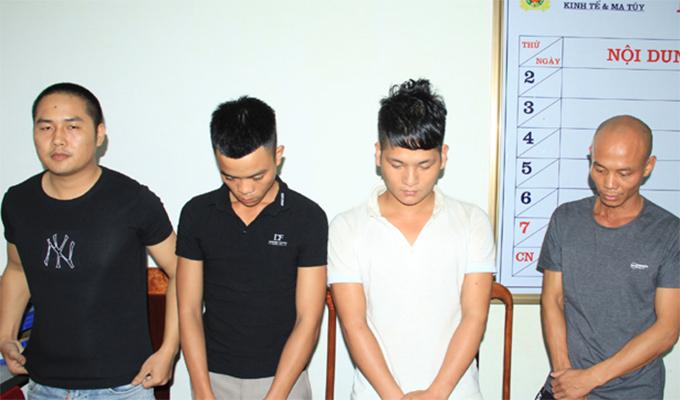Bốn nghi can sử dụng ma túy tại cơ quan điều tra. Ảnh: C.A