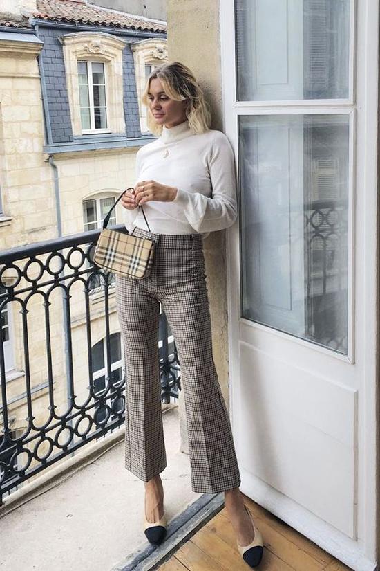 Mặc các kiểu áo len cao cổ tông màu trắng, trắng sữa, cafe sữa cùng quần và váy kẻ sọc ca rô sẽ giúp bạn gái trẻ trung hơn tuổi.