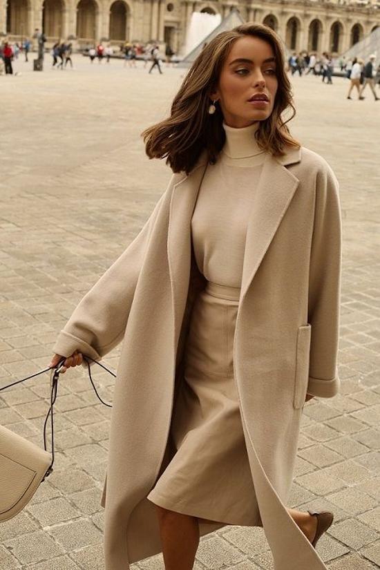 Mặc áo cao cổ cùng các kiểu áo khoác dáng dài, vest hay blazer là phong cách được nhiều cô nàng sành điệu yêu thích.