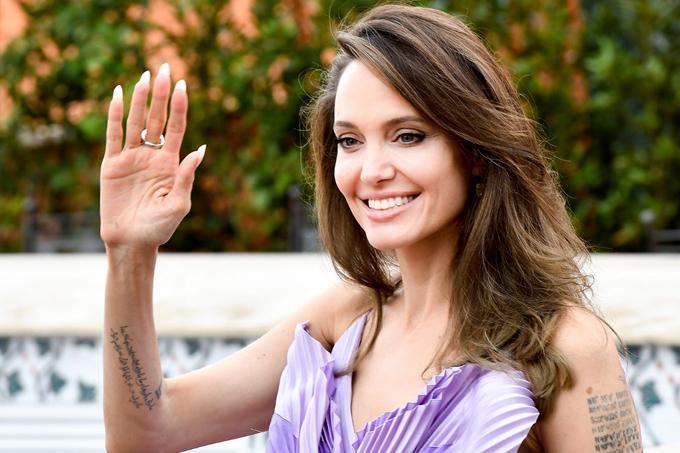 Sau thời gian khủng hoảng ly hôn, Jolie đã lấy lại sự trẻ trung và vẻ đẹp rạng rỡ.