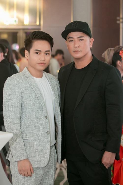 Quang Nhật bên chuyên gia trang điểm quốc tế Hung Vanngo (phải).