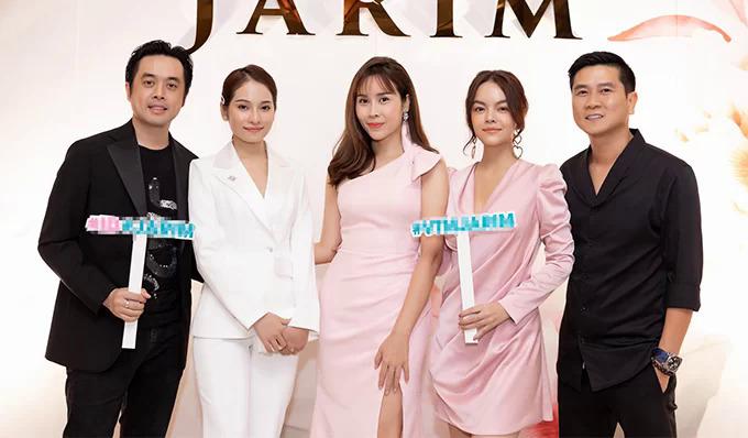 Hôm 5/10, Hồ Hoài Anh đồng hành với Lưu Hương Giang tại sự kiện mừng cô lên chức CEO và kỷ niệm 5 năm thành lập viện thẩm mỹ của cô. Anh giúp cô đón khách đồng thời đảm nhận phần âm nhạc của chương trình.