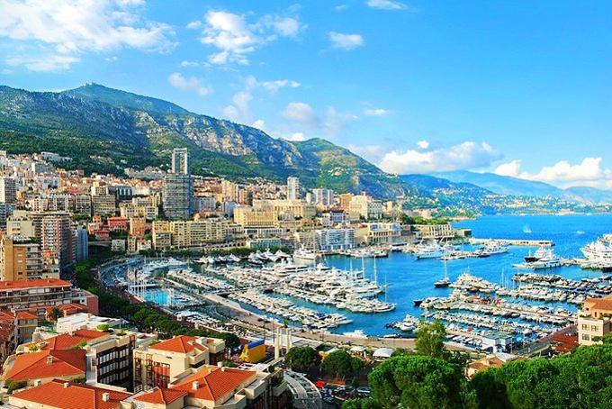 Công quốc Monaco được biết đến trên toàn cầu với những cư dân giàu có, những buổi trình diễn du thuyền sang trọng và là ngôi nhà của hoàng gia châu Âu. Mặc dù là một trong những quốc gia nhỏ nhất trên thế giới, nhưng đây cũng là đây là quốc gia cóGDP đầu người bình quân cao nhất trên thế giới.Theo Fox Business, Monaco có khối tài sản bình quân đầu người là 2,1 triệu USD. Chính sách thuế thu nhập bằng 0 ở nước này thu hút giới siêu giàu đến cư trúvà ước tính 32% cư dân của Monaco là triệu phú.