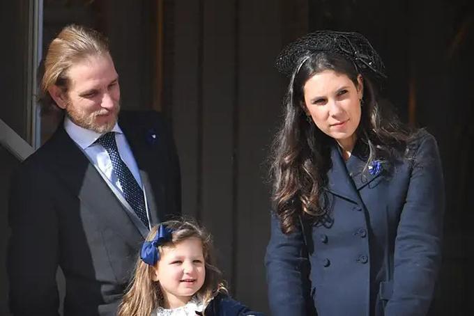 [CaptiTheo các quy tắc của Monaco về tính hợp pháp và đủ điều kiện lên ngôi, những người thừa kế hợp pháp phải có liên quan đến việc sinh ra người cai trị và cha mẹ của họ phải kết hôn. Tuy nhiên, khi hai người kết hôn vào năm 2013, Sacha đã trở thành người đứng thứ năm trên ngai vàng.Nguồn: Hiến pháp của nguyên tắcCasiraghi và Santo Domingo hiện có thêm hai đứa con - con gái Ấn Độ, 4 tuổi và con trai Maximilian Rainier, sinh năm 2018.Maximilian được đặt theo tên của Rainier III, Hoàng tử quá cố của Monaco và chồng của Grace Kelly.