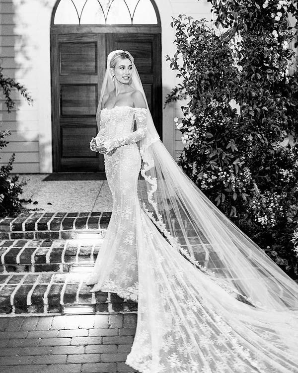 Khi trả lời phỏng vấn tờ The Cut vào năm ngoái, Hailey tiết lộ cô đã chọn được cho mình nhà thiết kế váy cưới ưng ý. Bộ đầm đuôi cá mà cô dâu diện đến NTKVirgil Abloh củathương hiệu Off White.