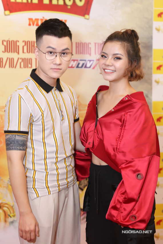 Nhạc sĩ - ca sĩ Lê Thiện Hiếu ân cần chăm sócbạn gái - ca sĩ Tia Hải Châu khi cùng dự sự kiện.