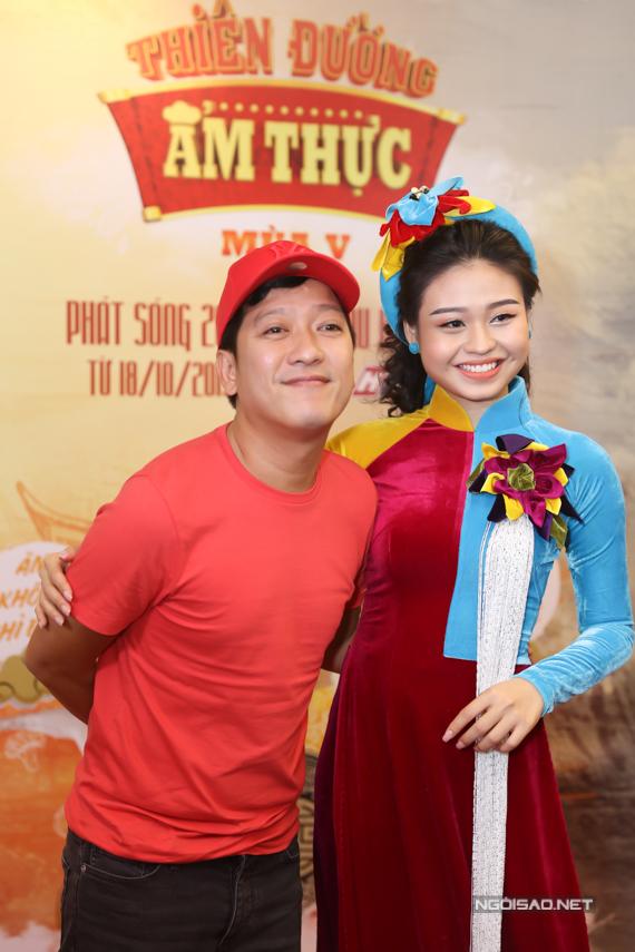 Diễn viên kịch nói Lê Lộc - con gái nghệ sĩ Lê Giang cũng là một trong những người chơi của chương trình. Mặc áo dài đến dự họp báo, cô bị Trường Giang trêu mặc như đi hát bolero.
