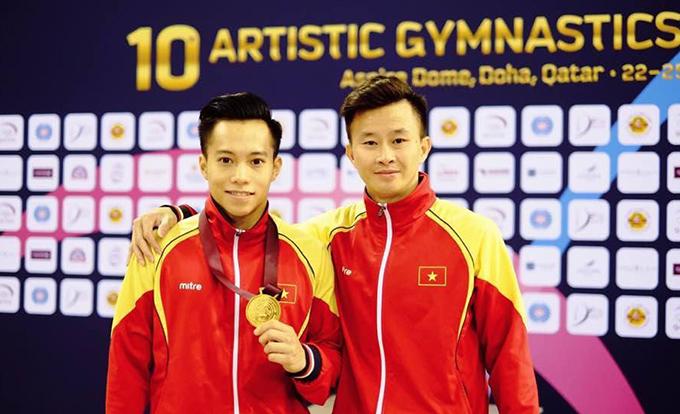 Lê Thanh Tùng (trái) và HLV Trương Minh Sang.