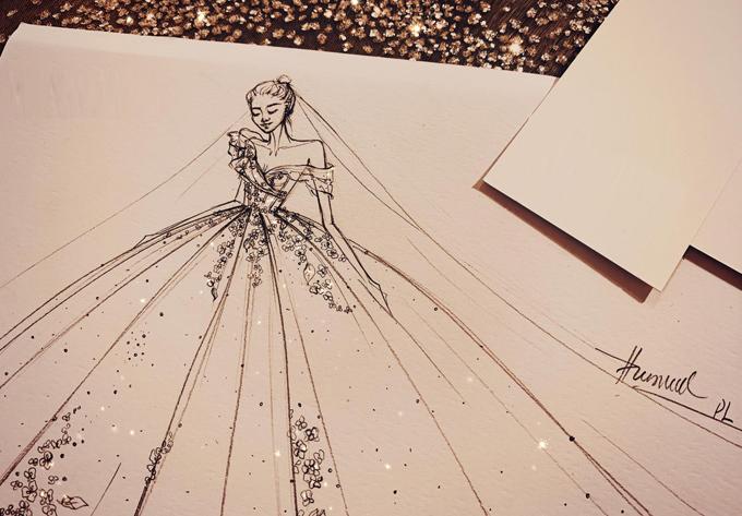 Tiếp nối những câu chuyện phía sau mỗi chiếc váy cưới, NTKPhương Linh chia sẻ về một thiết kế đặc biệt mà cô dâu đã tới nhờ chị tư vấn trước hôn lễ vừa đúngmột năm. Cô dâu muốn diện một chiếc váy thật khác biệt trong ngày trọng đại nhưng vẫn tôn được cá tính, phong cáchcủa cô.