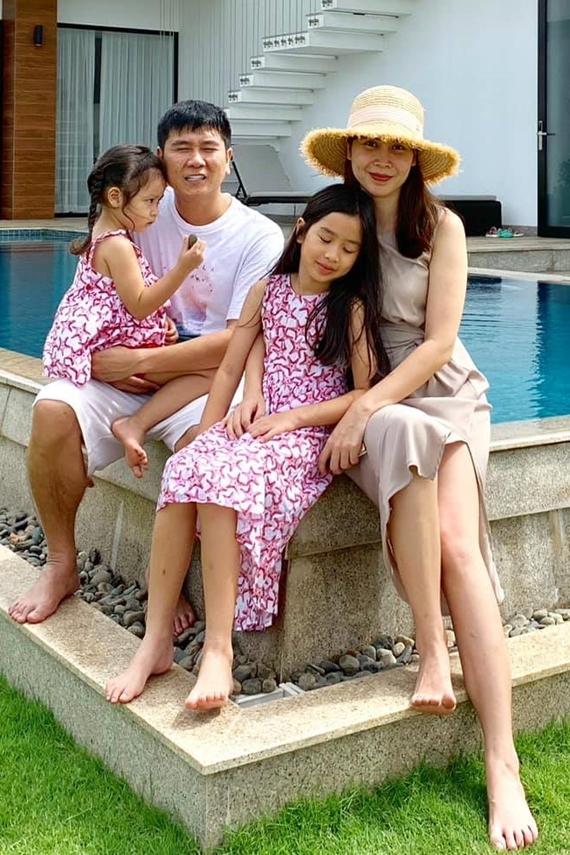 Đầu tháng 9, gia đình nghệ sĩ có chuyến du lịch nghỉ dưỡng tại Vũng Tàu. Bên dưới bài viết của Lưu Hương Giang, nhạc sĩ Dẫu có lỗi lầm trêu vợ: Facebook ai người đó xinh hả bạn gì ơi?.