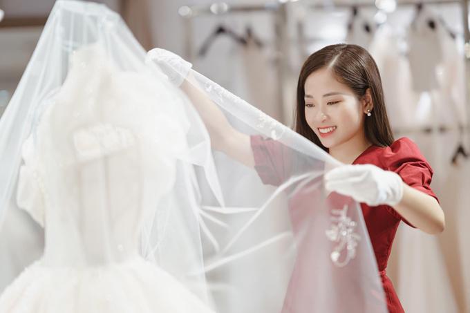 Chiếc váy được kết hợp cùng khăn voan dài, điểm xuyết hoa văn theo đường chân voan.