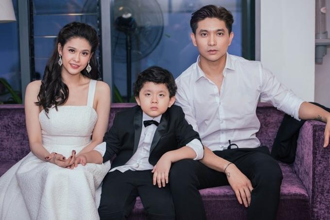 Tim và Trương Quỳnh Anh xác nhận ly hôn hồi tháng 8/2018. Nữ diễn viên tiết lộ dù đường ai nấy đi, cô và chồng cũ sống chung nhà vì không muốn con trai Sushi thiếu thốn tình cảm, đồng thời thuận tiện hơn trong việc chăm sóc bé. Chúng tôi sẽ cố gắng cho con một cuộc sống bình thường như bao đứa trẻ khác.