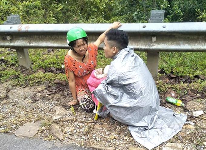 Anh Siêng lúc giúp vợ vượt cạn.