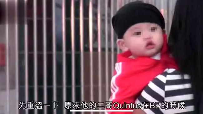 Cậu bé Marcus 11 tháng tuổi, con trai của Trương Bá Chi lộ diện hôm 8/10. Đây là lần đầu tiên cậu bé được mẹ cho công khai xuất hiện, từ khi sinh vào tháng 11 năm ngoái. Marcus đặc biệt giống Quintus, gương mặt bụ bẫm, kháu khỉnh, rất đáng yêu. Trong khi vú em bế trên tay, cậu bé tò mò nhìn ngó khắp nơi.