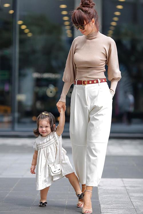 Bé Myla - con gái siêu mẫu Hà Anh - lí lắc đáng yêu khi dạo phố cùng mẹ.