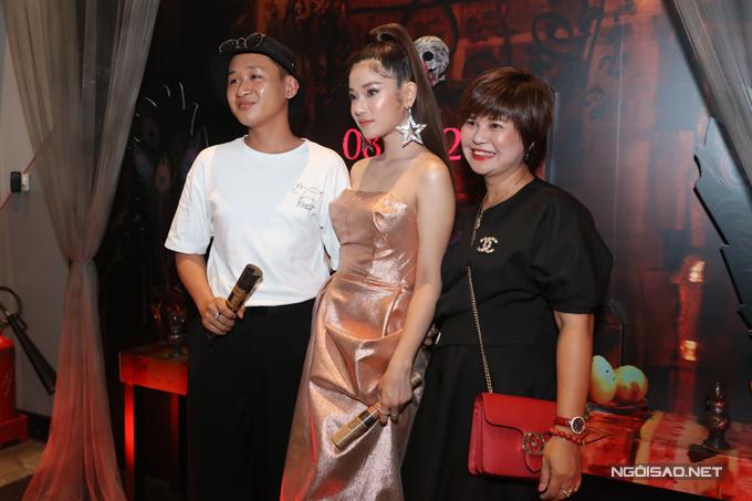 Mẹ của Hoàng Yến (ngoài cùng bên phải) luôn đồng hành cùng con gái.