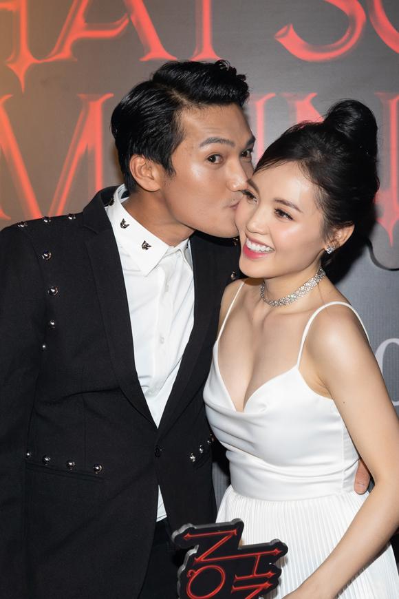 Quang Tuấn hôn má vợ tại sự kiện.