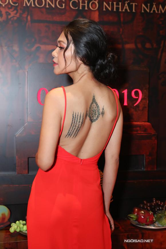 Nữ diễn viên khoe hình xăm trên lưng.