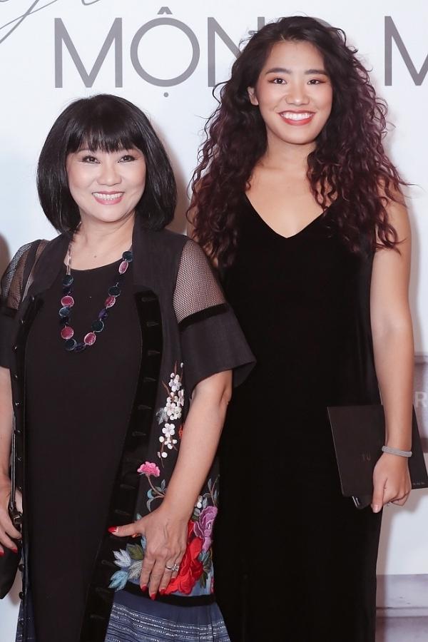 Ca sĩ Cầm Vân đi xem thời trang cùng con gái lớn.