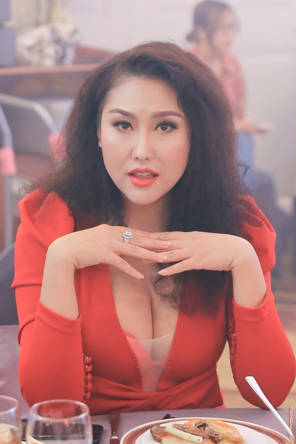 Phi Thanh Vân trung thành phong cách gợi cảm.