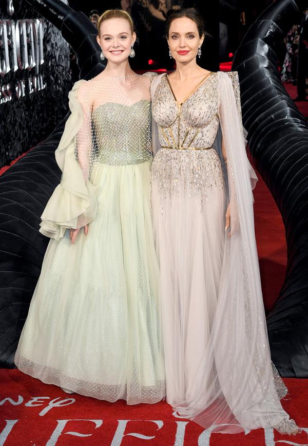 Hai ngôi sao Ella Fanning và Angelina Jolie cùng diện thiết kế tương đồng với váy xòe tay bồng, thướt tha trên thảm đỏ.