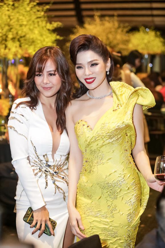 Diễn viên hài Nam Thư mặc đầm khoét ngực bên Lệ Quyên.