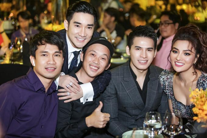 Quang Hà ôm Hoài Linh thân thiết bên các đồng nghiệp.