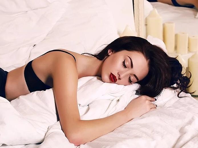 5 tác hại nhắc bạn phải tẩy trang trước khi ngủ