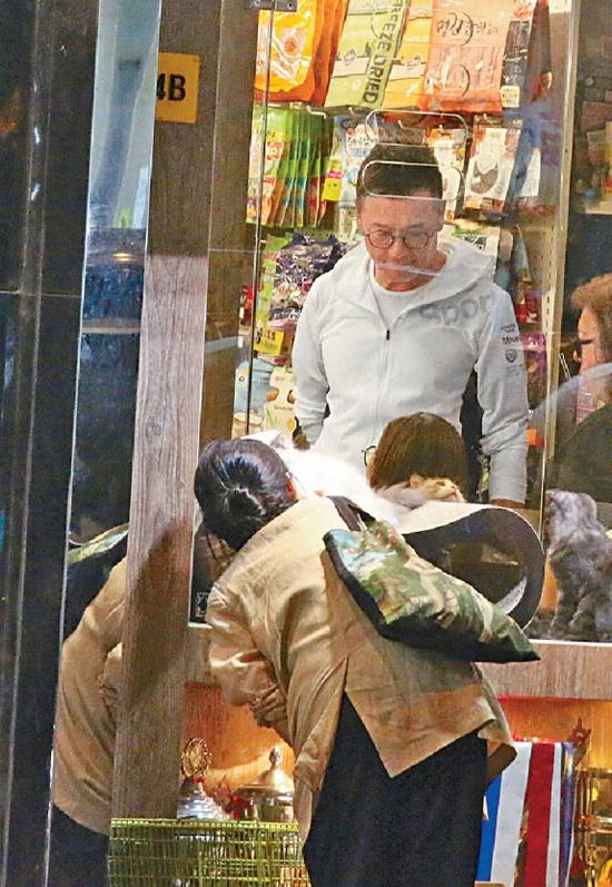 Tài tử Miêu Kiều Vỹ và bà xã lọt vào ống kính cánh paparazzi Hong Kong hôm 9/10, khi hai người đang lựa chọn để mua một chú chó tại cửa hàng thú nuôi ở Causeway Bay. Chó cưng của đôi vợ chồng mất hồi tháng 6 vừa rồi vì già, khiến họ rất buồn. Thời gian đi qua, cả hai quyết định sẽ chọn một thú cưng mới để gia đình thêm vui.
