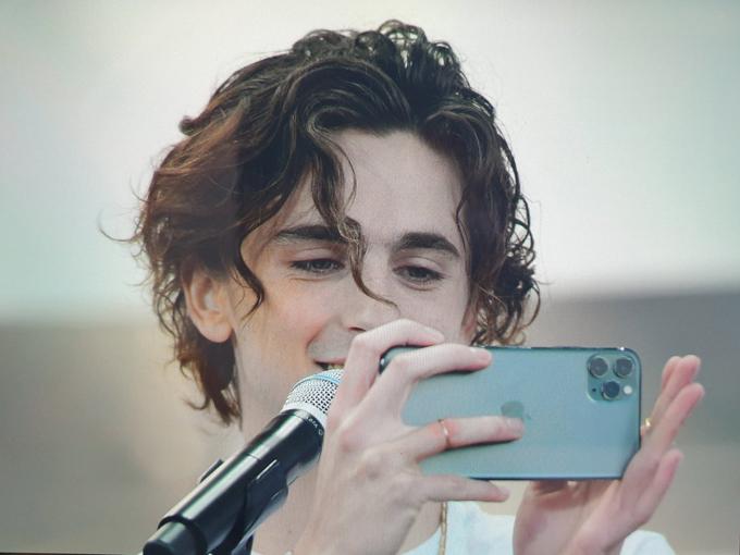 Khi các khán giả nữ liên hoan phim réo gọi tên Timothee, tài tử Mỹ luôn mỉm cười đáp lại, thậm chí anh còn lấy điện thoại để chụp các fan Hàn.