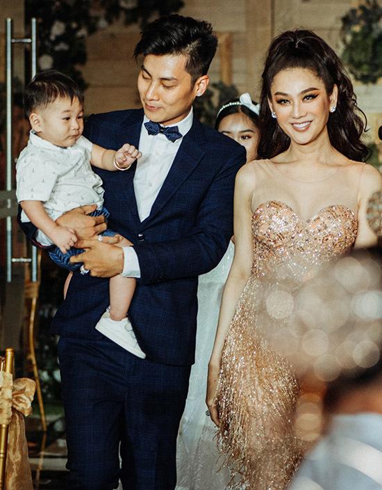Lâm Khánh Chi rạng ngời hạnh phúc bên ông xã điển trai và quý tử.