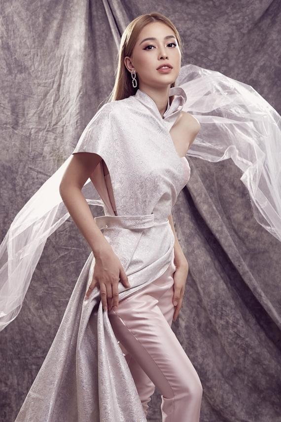 Á hậu làm mới hình ảnh với bộ suit cúp ngực kết hợp phần vạt đắp chéo dài quét đất của nhà thiết kế Phương My.