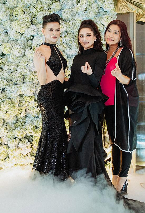 Ca sĩ Cindy Thái Tài (ngoài cùng bên phải) bắn tim chụp ảnh cùng Lâm Khánh Chi và một người bạn.