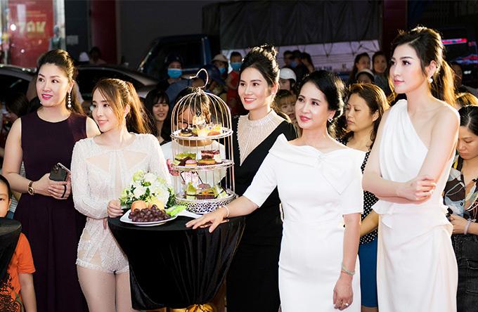 Tại sự kiện tối qua, Quỳnh Nga còn trổ tài ca hát khi thể hiện các ca khúc True Love' và'Thanh xuân là anh'. Nữ diễn viên cho biết, sau khi kết thúc các dự án phim, cô sẽ tập trung vào việc thu âm, quay MV để tái xuất âm nhạc.