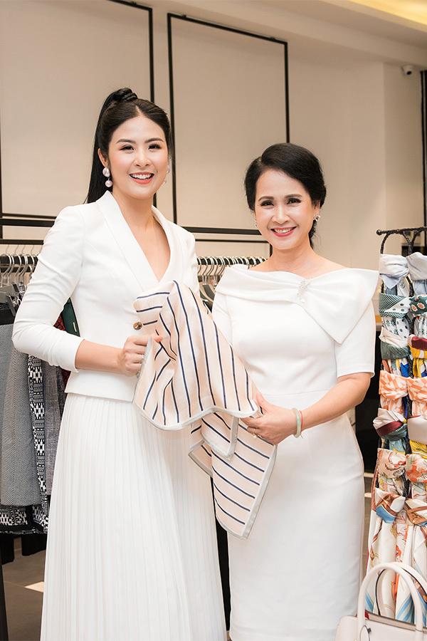 Ngọc Hân rất mừng vì gặp mẹ chồng Lan Hương và được bà nhờ tư vấn chọn trang phục. Hoa hậu Việt Nam 2010 từng được NSND Lan Hương tin tưởng nhờ thiết kếáo dài để diện trong đám cưới của con trai mình.