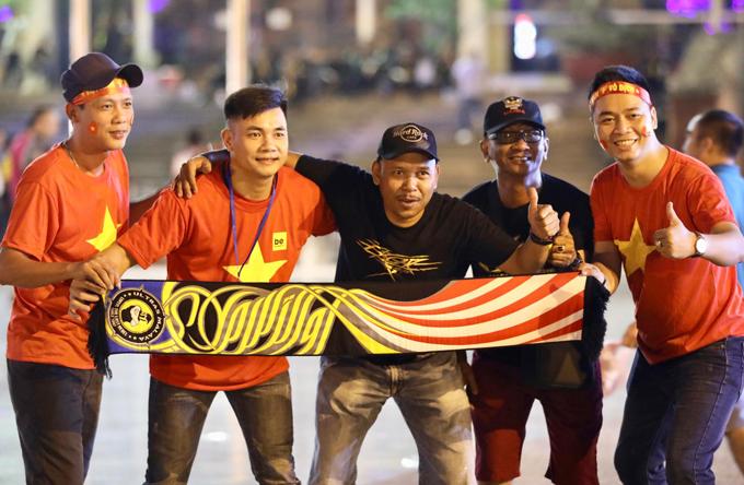 CĐV Việt Nam và Malaysia thân thiện chụp ảnh chung trước giờ thi đấu. Ảnh: Ngọc Thành.