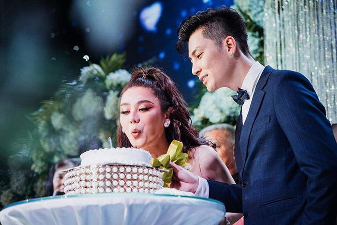 Lâm Khánh Chi thổi nến thay con trai.